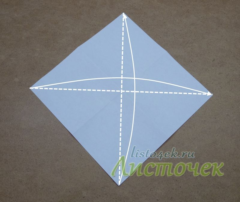 Переворачиваем квадрат на другую сторону. Складываем квадрат по диагоналям, совмещая противоположные углы. Согнули, разогнули