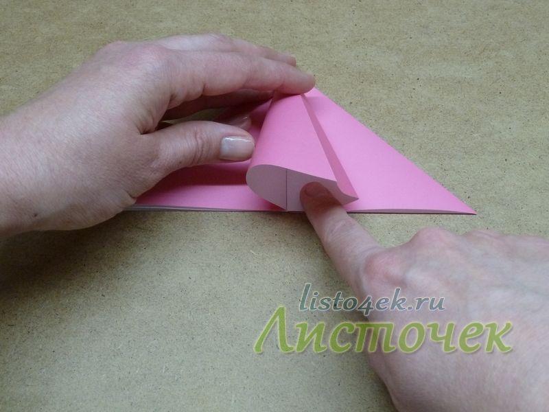 Получаем треугольник, состоящий из двух слоев бумаги. Раскрываем его