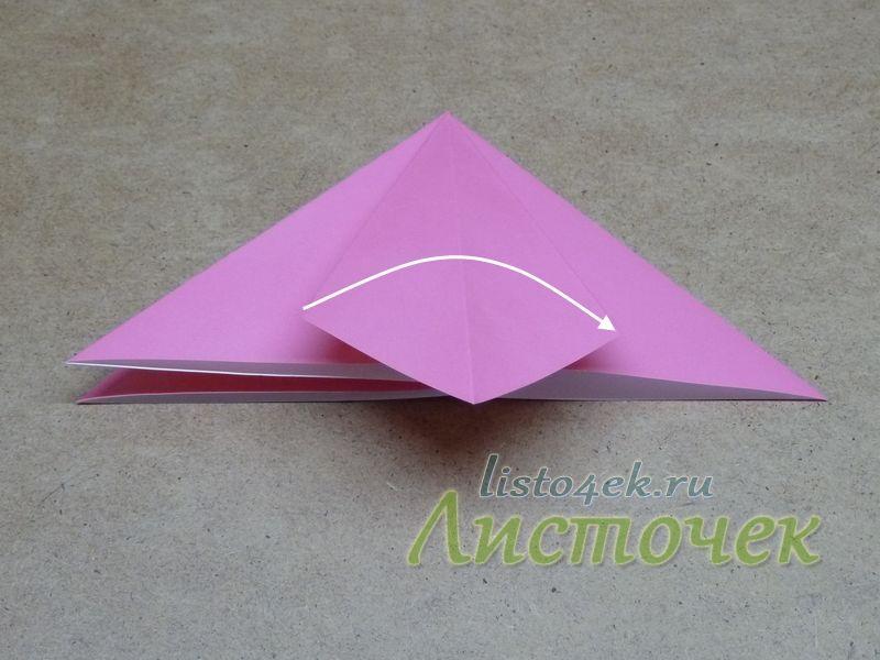 Расплющиваем треугольник по ранее сделанным линиям сгиба. Полученный ромб сгибаем пополам, отогнув левую часть на правую сторону