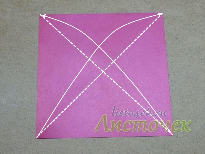 Берем квадратный лист бумаги (цветной стороной вверх) и складываем его по диагоналям, совмещая противоположные углы