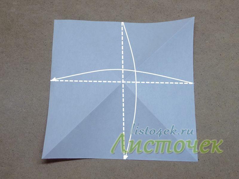 Переворачиваем квадрат на другую сторону и складываем пополам, совмещая противоположные стороны. Согнули и разогнули