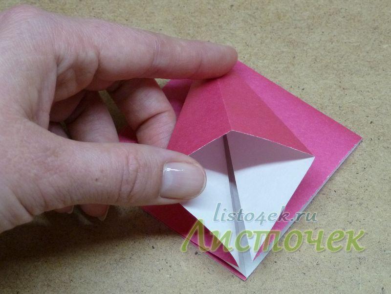 Получившийся треугольник, состоящий из двух слоев бумаги, раскрываем и расплющиваем по имеющимся линиям сгибов