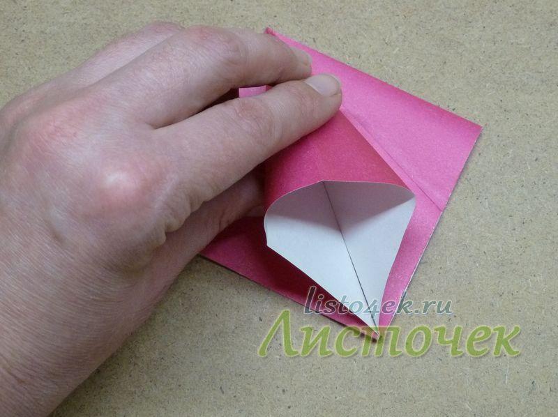 Также раскрываем и расплющиваем получившийся треугольник по имеющимся линиям сгибов