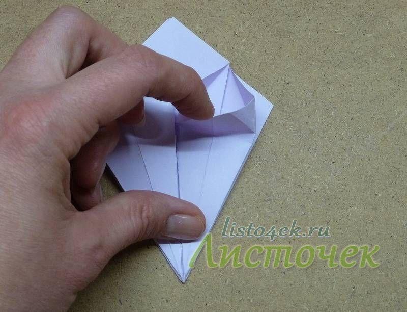 Загнутые треугольники немного расправляем и верхний слой под ними отгибаем вниз