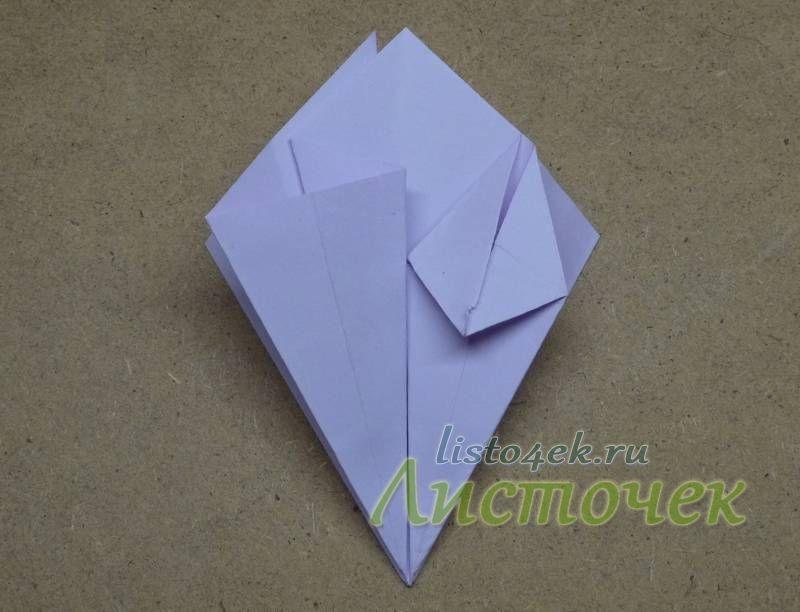 При этом боковые треугольники прижимаем с боков к центру, удлиняя нижние стороны пока нижние углы не соприкоснуться