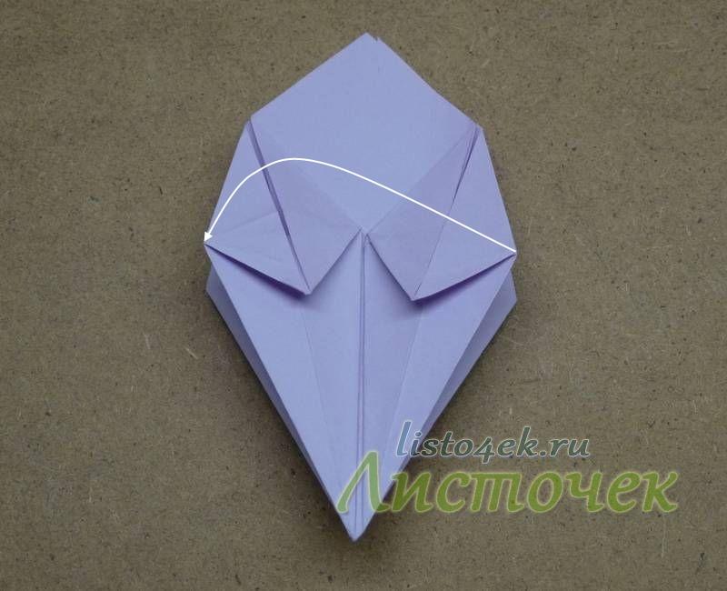 Переворачиваем фигурку и расправляем треугольники с другой стороны. Затем отгибаем правую часть на другую сторону (перелистываем как книжную страницу)