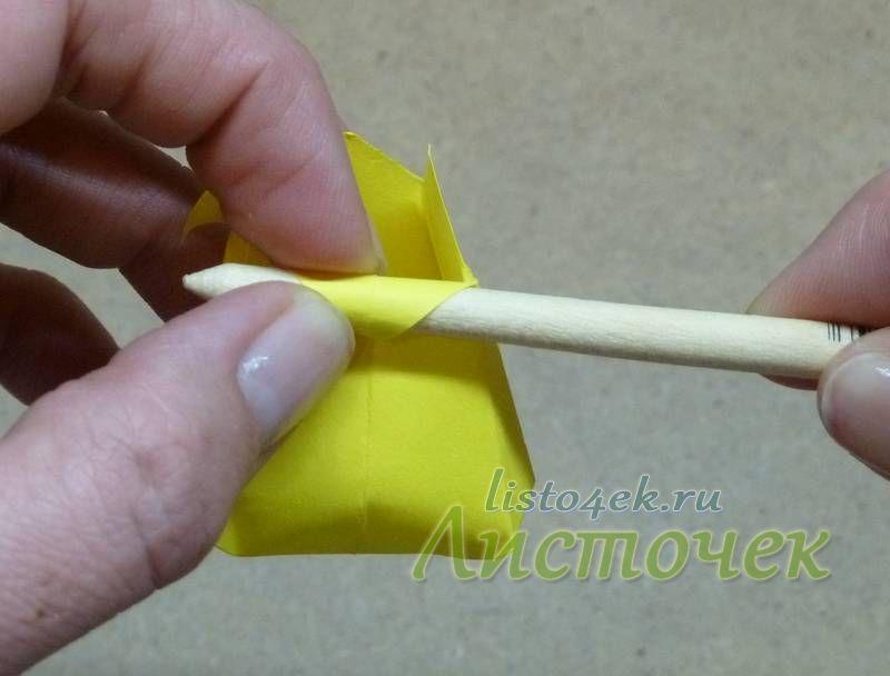 Придав цветку окончательную форму, можно немного подкрутить кончики лепестков с помощью круглой палочки