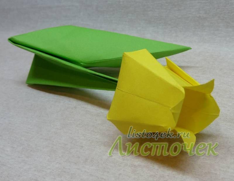 Из квадратного листа делаем стебель и соединяем его с бутоном тюльпана
