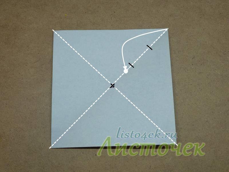Примерно (на глаз) делим половину диагонали квадрата на три части и сгибаем один уголок так, чтобы угол был немного ближе к середине, чем граница последней третьей части
