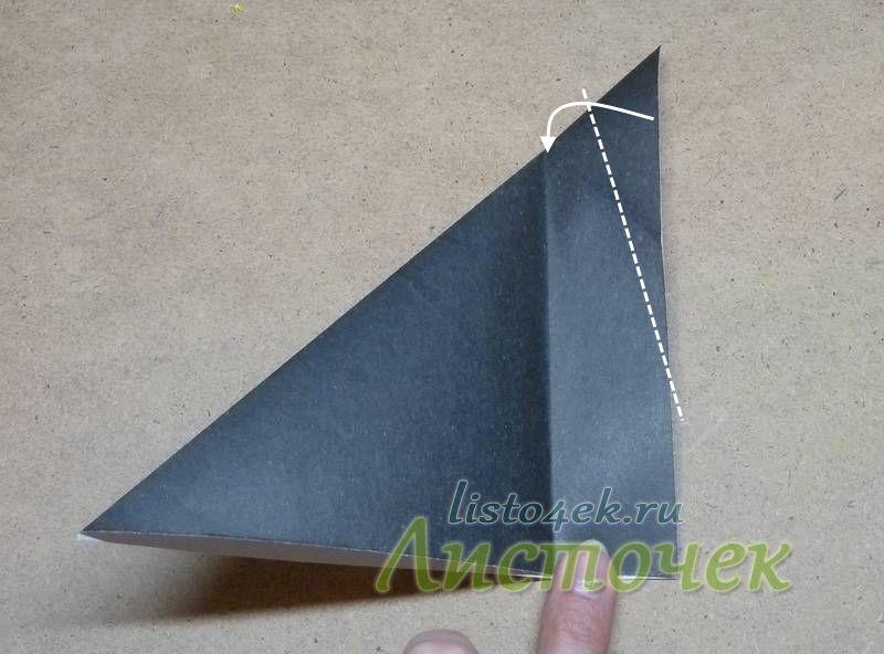 Сгибаем уголок треугольника, как показано на фото