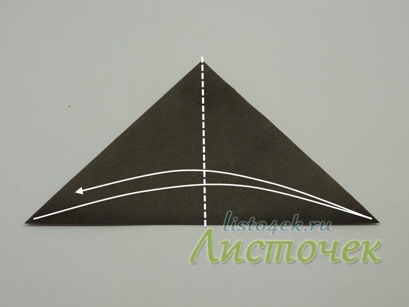 Полученный треугольник сгибаем пополам. Разгибаем