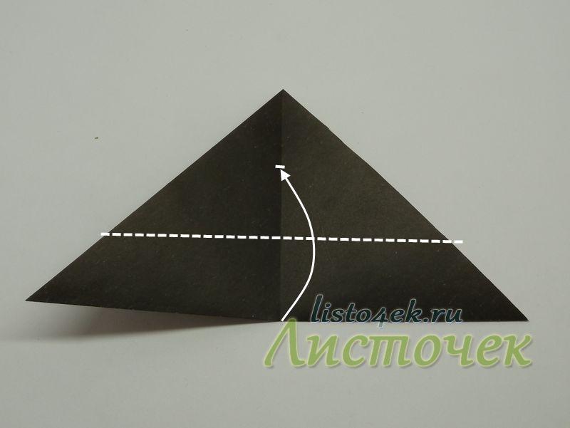 Получили линию сгиба от вершины до основания треугольника. Примерно делим ее на три части. Нижнюю 1/3 часть сгибаем вверх
