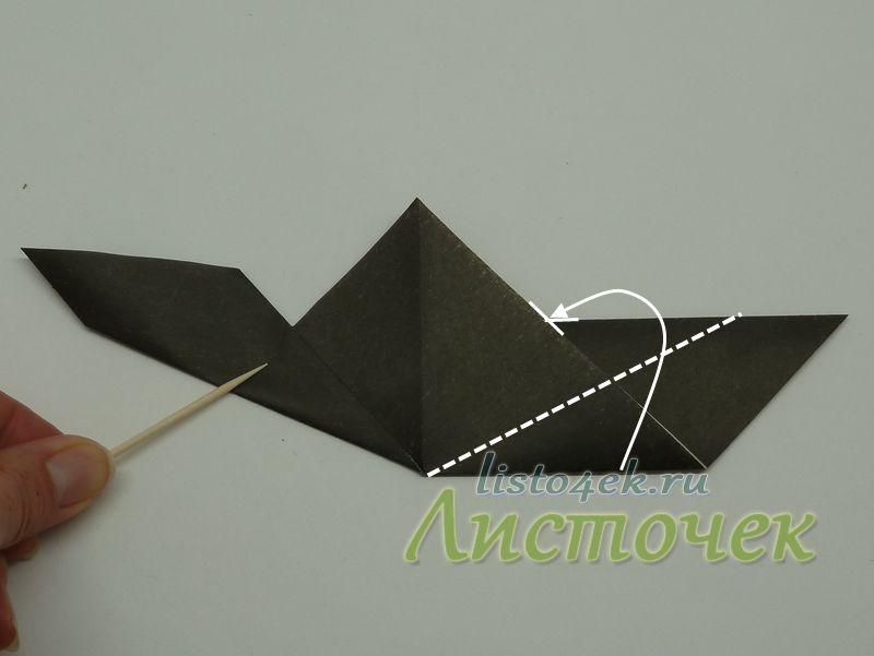 Сгибаем стороны полученной фигурки к линиям пересечения основания и сторон треугольника