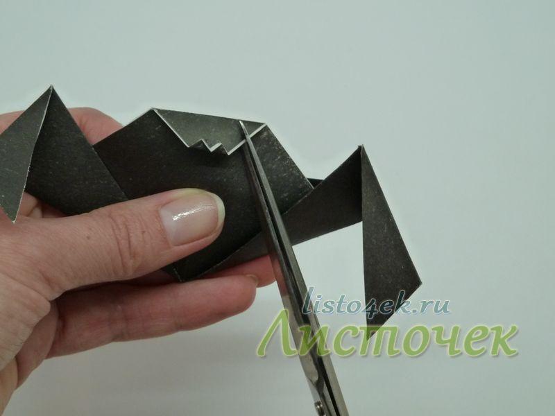 Получается вот такая мордочка. Не хватает ушей. Для формирования ушей необходимо с помощью ножниц сделать два надреза верхнего слоя по пунктирным линиям