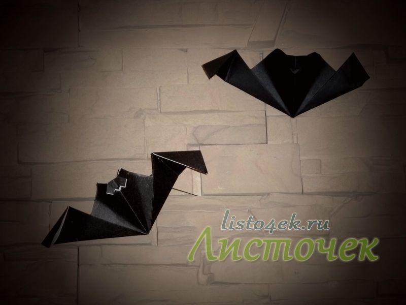 Можно с помощью двухстороннего скотча закрепить летучих мышей на стене или окне.