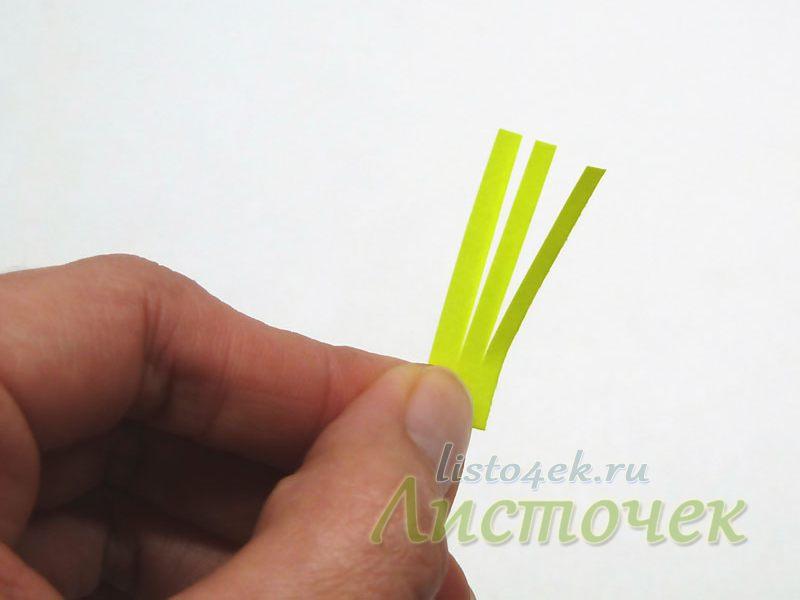 Прямоугольный кусочек бумаги надрезаем с одной стороны на тонкие полоски