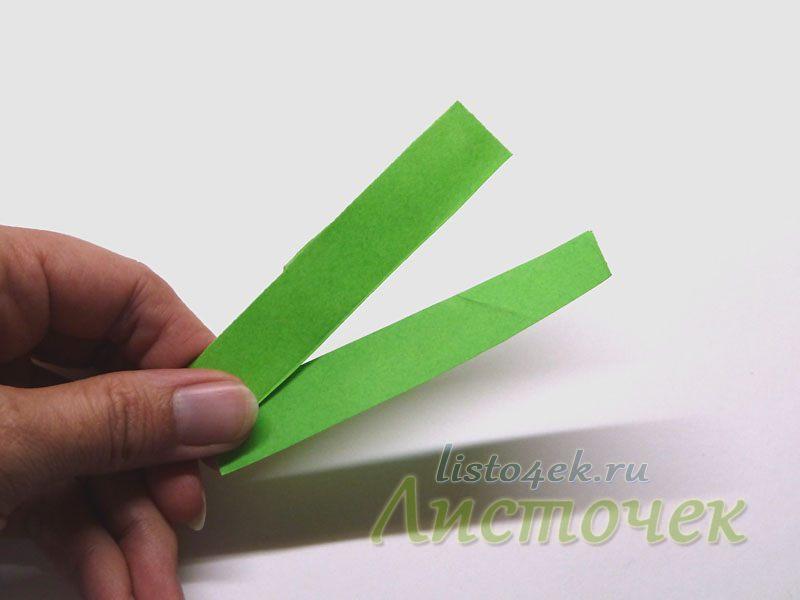 Из зеленой бумаги нарезаем тонкие полоски для стебля