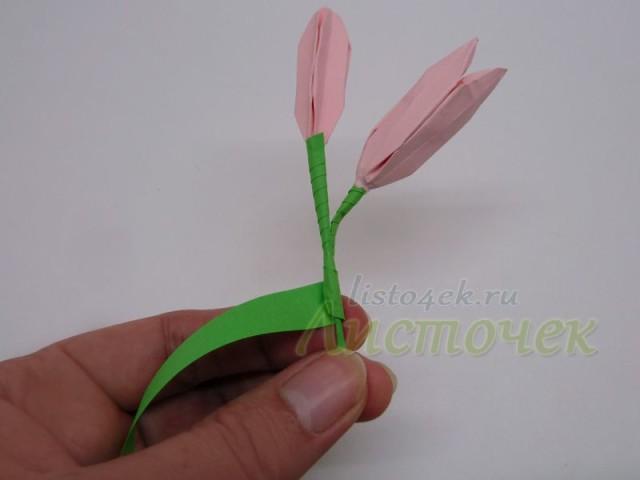 Оборачиваем полоской бумаги, капаем капельку клея и продолжаем скручивать полоску бумаги по стеблю