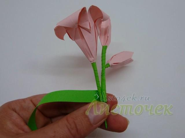 Дальше прикладываем цветок лилии, закрепляем клеем и оборачиваем полоской бумаги дальше