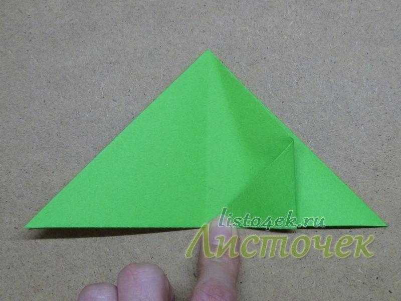 Проглаживаем сгиб, можно проглаживать не полностью, а лишь наметить сгиб у основания треугольника