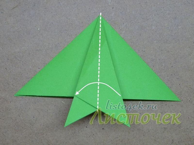3. Верхних и нижний треугольники сгибаем пополам, как показано на фото