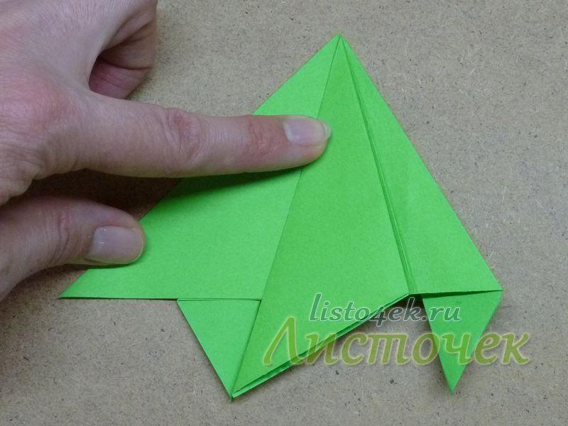 Но теперь можно точно разделить угол на три части, используя в качестве ориентиров нижние выступающие треугольники. Для этого сгибаем стороны верхнего треугольника так, чтобы нижняя часть совместилась с внутренними сторонами нижних маленьких треугольников. Повторяем шаги 3-6 для этой стороны