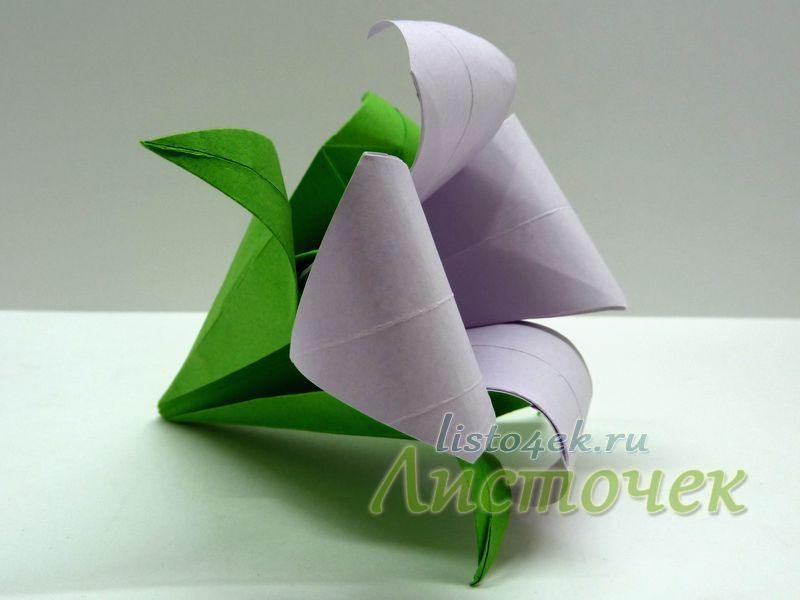 Соединяем чашелистик с цветком с помощью клея. При сборке кусудамы, можно обойтись без клея, для этого нижний уголок чашелистика прокалываем иглой вместе с цветком