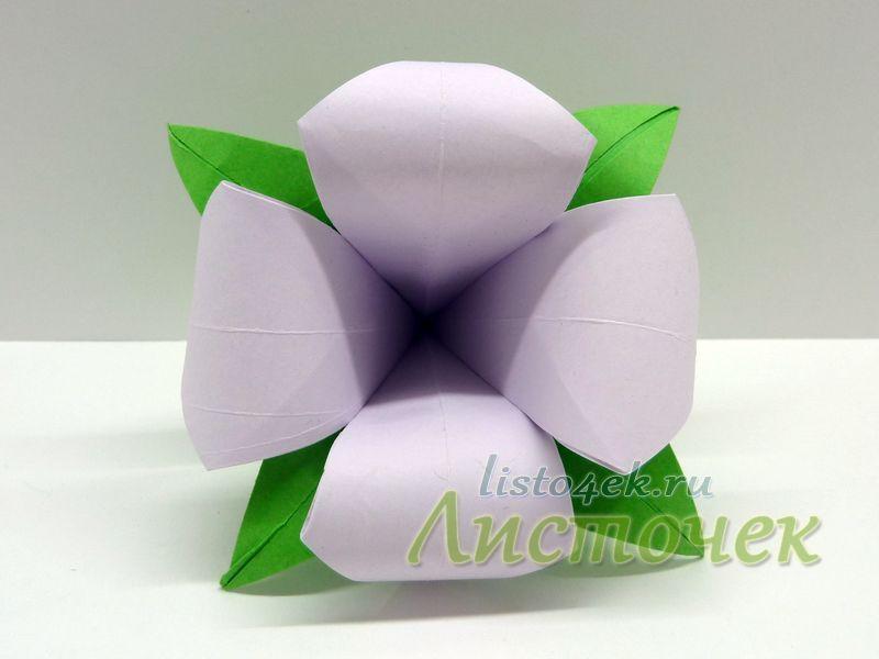 Соединяем чашелистик с цветком с помощью клея