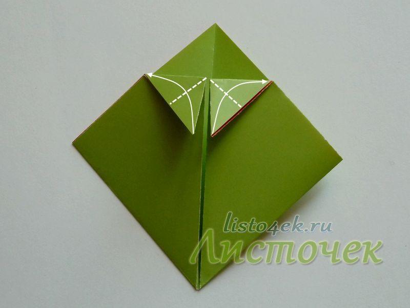 А теперь эти уголки сгибаем, выравнивая вертикальные стороны треугольников по горизонтальному сгибу