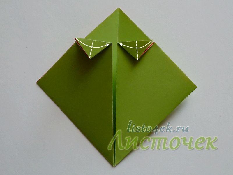 Получившиеся два маленьких треугольника сгибаем пополам
