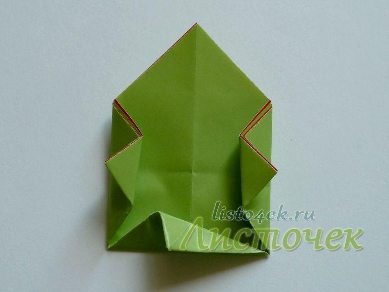 Чтобы сделать складку «Заячье ухо», сгибаем треугольник пополам в одну сторону