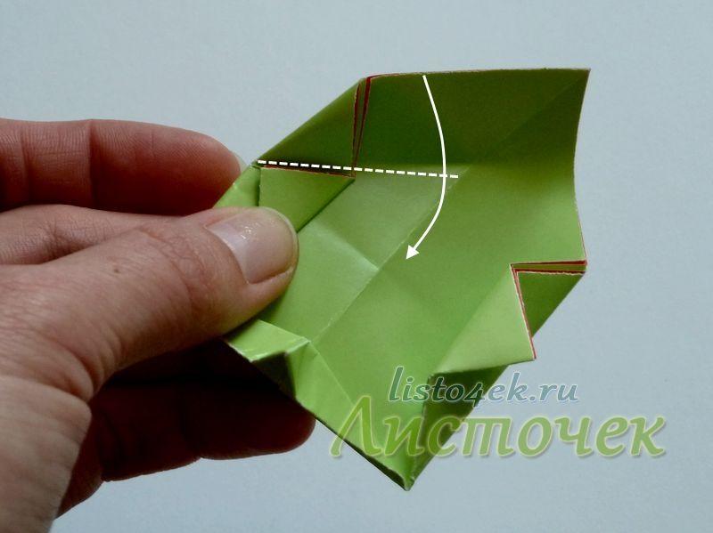 Внизу линия сгиба должна проходить параллельно стороне треугольника отогнутого в сторону