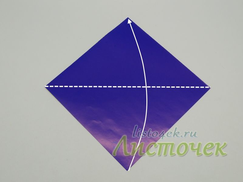 Складываем квадрат по диагонали, совмещая нижний угол с верхним