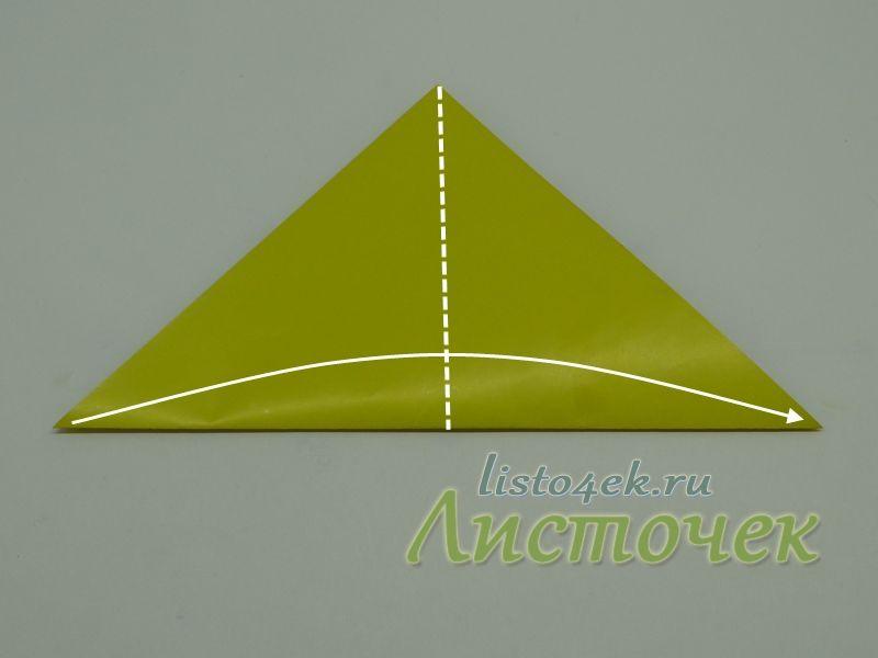 Полученный треугольник складываем пополам. Согнули и разогнули