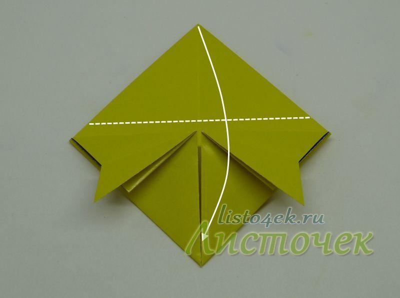 Верхний слой верхнего угла сгибаем вниз, но не по диагонали, а немного выше