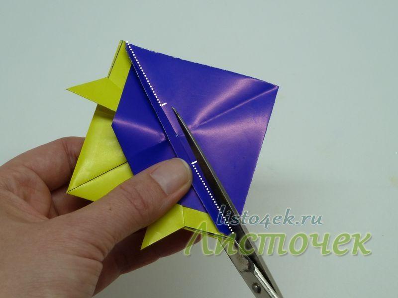Теперь  с двух сторон делаем надрезы по диагонали получившегося квадрата. Каждый надрез примерно 1/3 часть длины этой диагонали