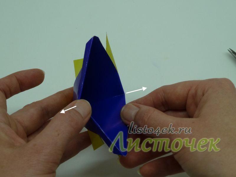 Полученный треугольник берем за края и разводим в стороны