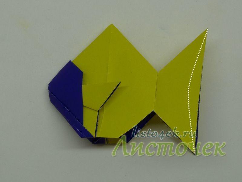 Чтобы хвост золотой рыбки выглядел естественнее, надо ножницами придать ему округлую форму
