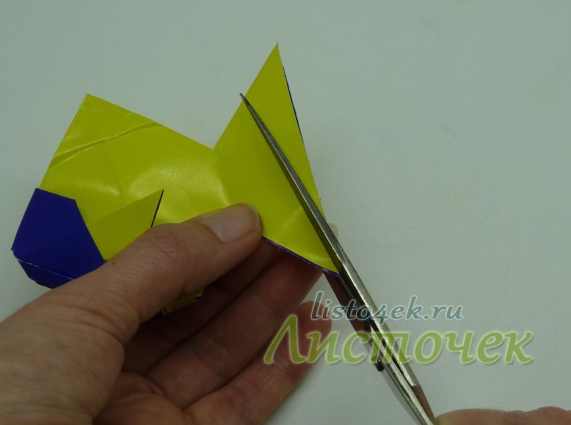 """Вырезаем по краю хвоста изогнутую линию в виде полукруга (вариант 1) или в виде """"ласточкиного хвоста"""" (вариант 2)"""