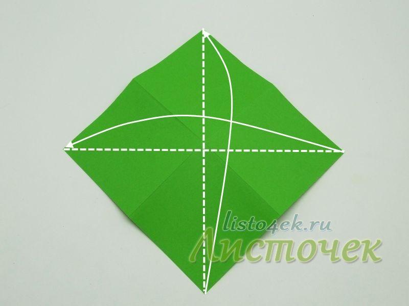 Переворачиваем лист на другую сторону и складываем его по диагоналям, совмещая углы