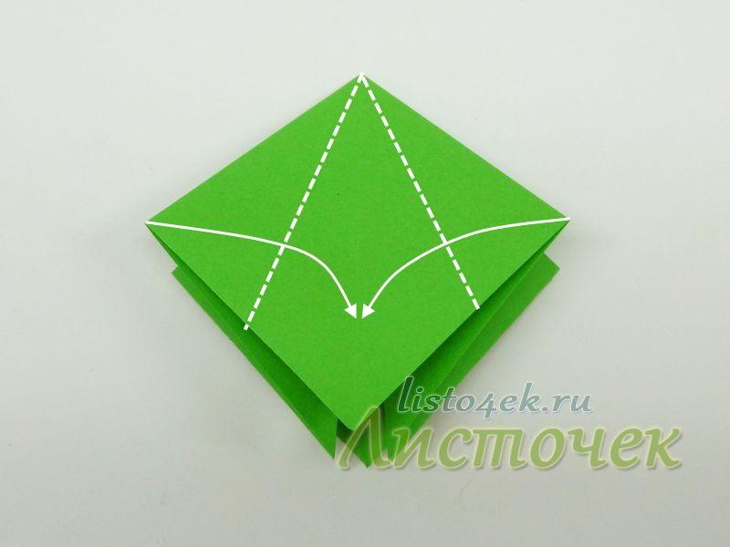 1. Правый и левый  углы сгибаем к середине, выравнивая боковые стороны квадрата по центральной оси