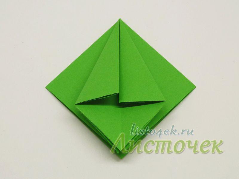 Получаем два треугольника, состоящие из двух слоев бумаги