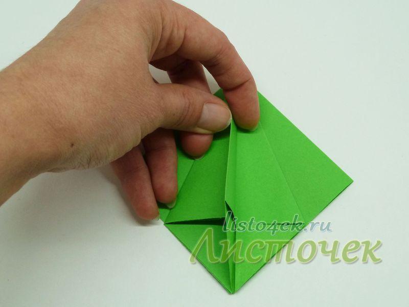 3. Левую часть треугольника отгибаем вправо