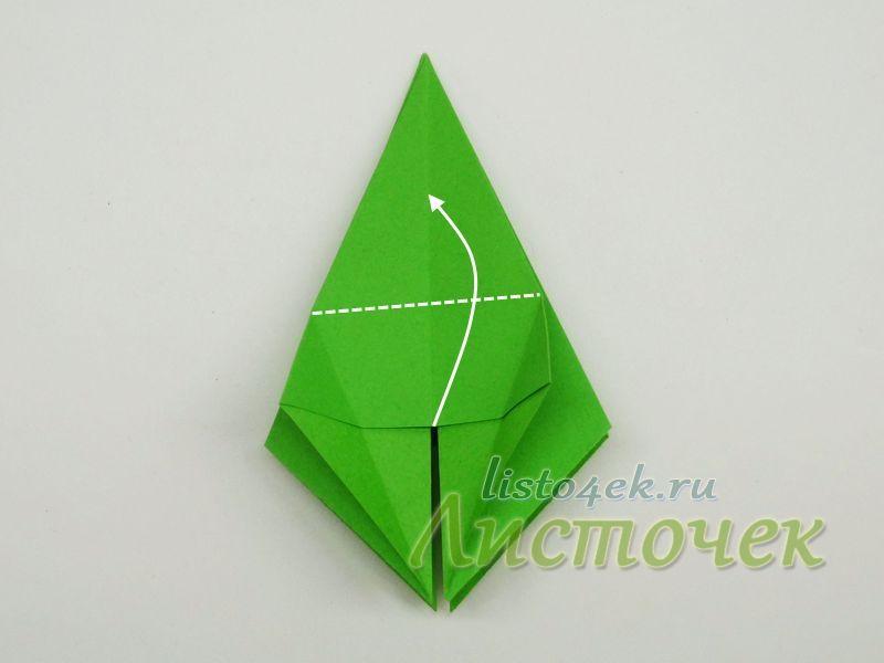 8. Верхний слой у нас выглядит как треугольник. Нижнюю сторону треугольника сгибаем вверх. Линия сгиба должна проходить по верхним уголкам нижних маленьких треугольников