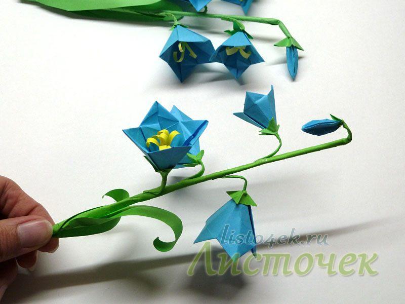 С помощью клея наклеиваем цветы, бутоны, листья на стебель, стараясь располагать их более естественно