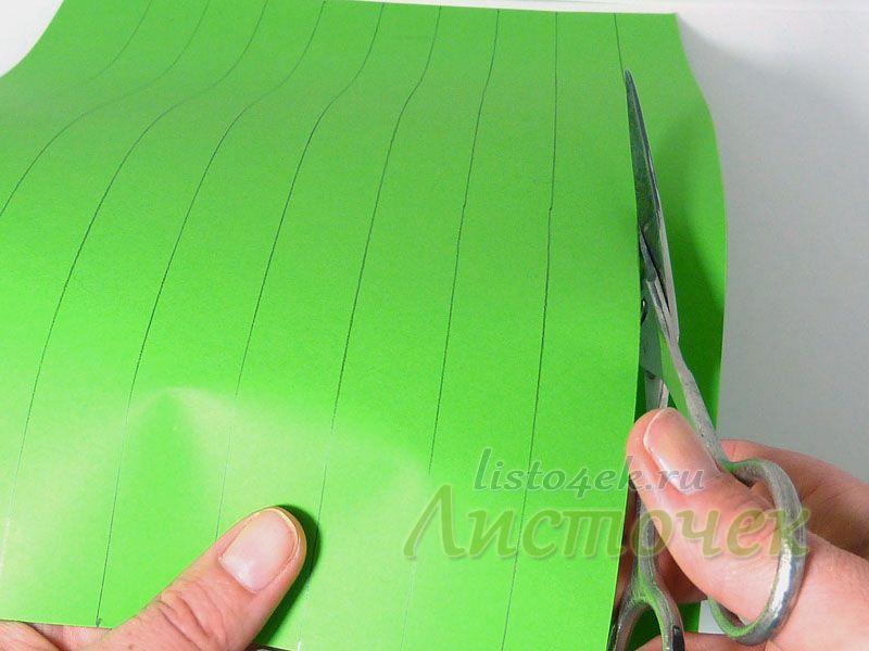 Разрезаем лист на полосы по намеченным линиям