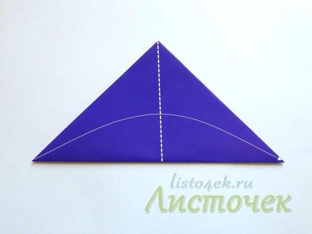 Получили треугольник, который тоже складываем пополам
