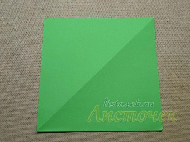 Берем квадрат цветной бумаги