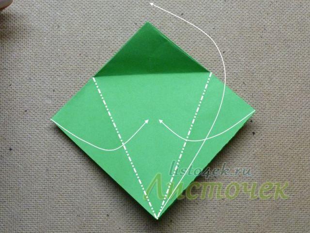 Берем за верхний слой квадрата за нижний уголок и поднимаем его вверх, как бы растягивая фигурку